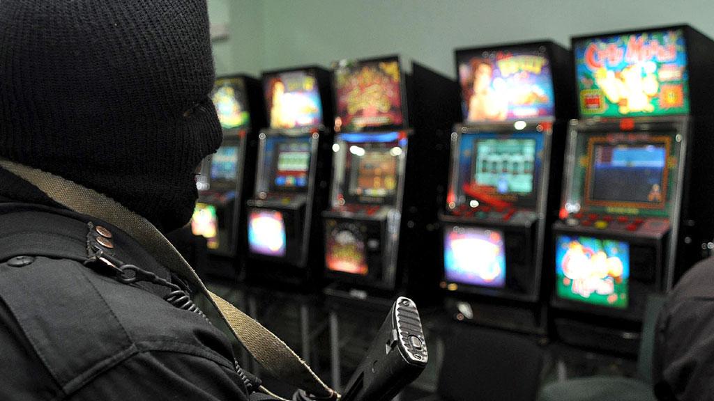 """На фото: Репортаж из 1990-х: """"РУБОП не рекомендует играть в подпольных казино"""" (1999), автор: Komissarov"""