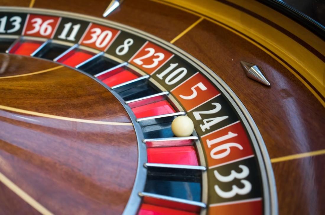 """На фото: Готовы ли играть на деньги российские политики? Опрос на Красной площади о лотереях, покере, автоматах """"Вулкан"""" и пр., автор: admin"""
