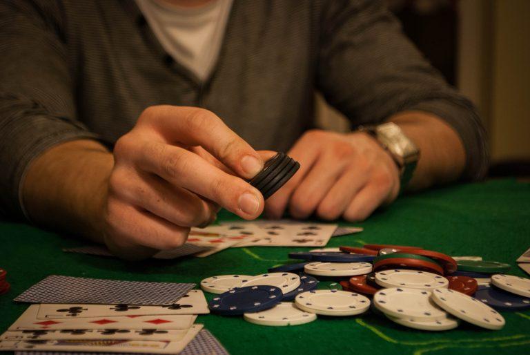 """На фото: С 2019 года возраст для посетителей казино увеличат до 21 года. А если это игра на рубли в """"Вулкане"""" в Сети? (отвечает юрист), автор: admin"""