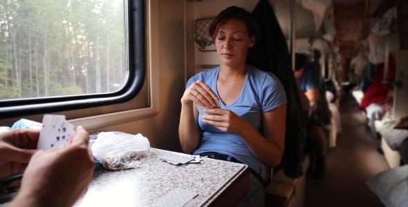 """На фото: Чем занимаются люди в поездах? Читают, пьют, играют в казино """"ГМслотс"""" и смотрят кино!, автор: admin"""