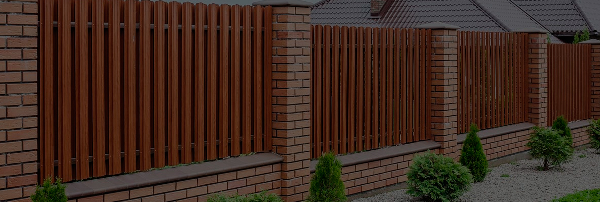 На фото: Какой забор нынче в тренде? Конечно же, металлический!, автор: admin